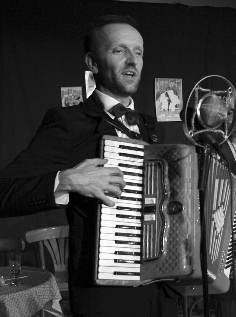Fabrice Maitre jouant de l'accordéon