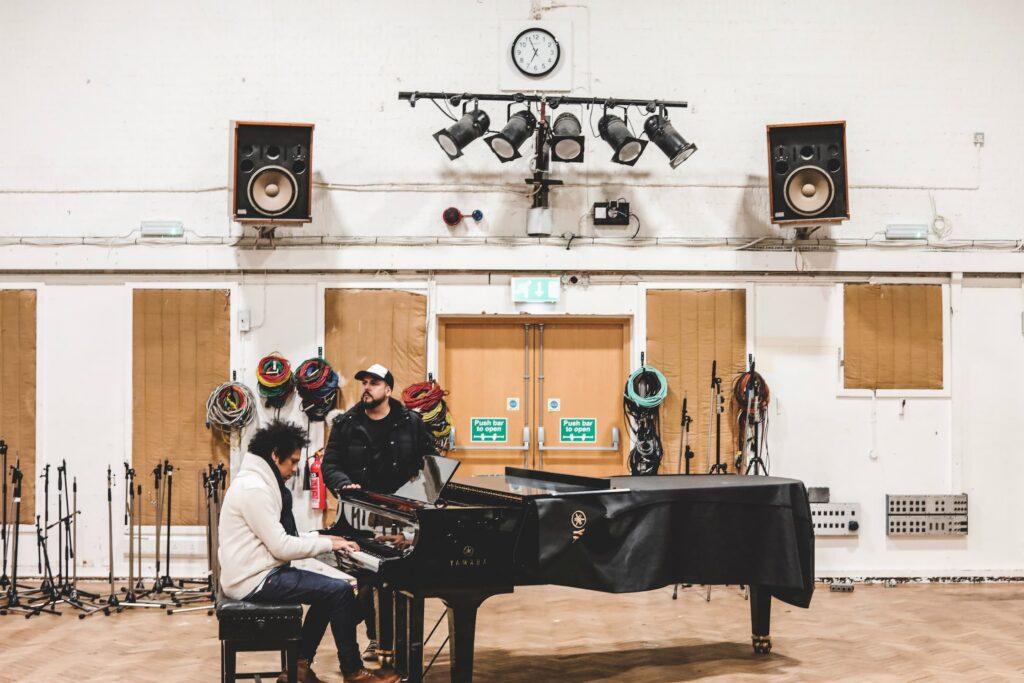 piano à queue dans une salle de répétition